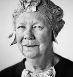 Lächelnde ältere Frau mit einem Weinlesehut Stockfotografie
