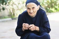 Lächelnde ältere Frau mit Kirsche stockbilder