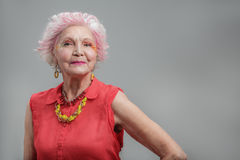 Lächelnde ältere Frau mit moderner Frisur Stockfotos