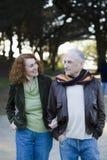 Lächelnde ältere Paare stockfoto