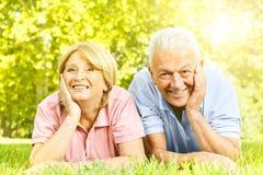 Lächelnde ältere Paare entspannt stockfotografie