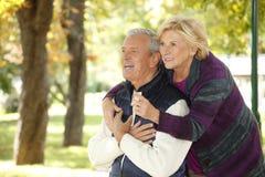 Lächelnde ältere Paare im Freien Lizenzfreies Stockfoto