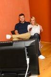 Lächelnde ändernde Kanäle der Paare, die Fernsehabend überwachen lizenzfreies stockbild