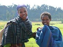 Lächelnde äthiopische Mädchennahaufnahme mit zwei Fremden in Finote Silam, Äthiopien - 24. November 2008. Lizenzfreies Stockfoto
