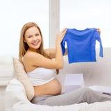 Lächelnde Öffnungsgeschenkbox der schwangeren Frau Lizenzfreie Stockfotografie