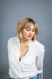Lächelnde überzeugte blonde Frau von mittlerem Alter Stockfoto