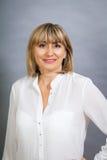 Lächelnde überzeugte blonde Frau von mittlerem Alter Lizenzfreie Stockfotos