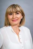 Lächelnde überzeugte blonde Frau von mittlerem Alter Lizenzfreie Stockfotografie