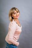 Lächelnde überzeugte blonde Frau von mittlerem Alter Stockfotografie
