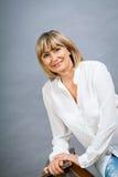 Lächelnde überzeugte blonde Frau von mittlerem Alter Lizenzfreies Stockbild