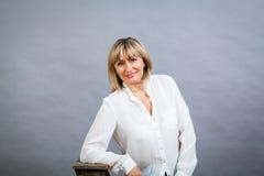 Lächelnde überzeugte blonde Frau von mittlerem Alter Stockbilder