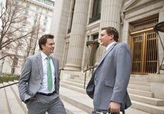 Lächelnde überzeugte Geschäftsmänner oder Rechtsanwälte Stockfotografie