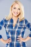 Lächelnde überzeugte junge blonde Frau Stockfoto