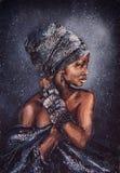 Lächelnde afrikanische Frau mit hellem Blick in der nationalen Kleidung vor dem hintergrund des sternenklaren Himmels, die ursprü stockfotografie