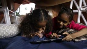 Lächelnde Afroamerikanermädchen, die Tabletten-PC verwenden stock video footage
