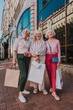 Lächelnde alte Damen stehen nahe Mall stockfoto