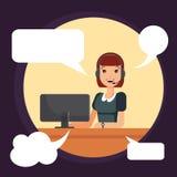 Lächelnde Arbeitnehmerin des Call-Centers durch Computer Fahrdienstleiter, Hilfslinienbetreiber benutzt Kopfhörer für Arbeit - Ve Stockbild