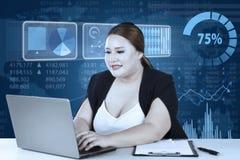 Lächelnde Arbeitskraft, die auf Laptop schreibt Lizenzfreies Stockfoto