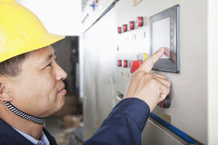 Lächelnde Arbeitskraft, die Kontrollen in einer Gasanlage, Peking, China überprüft stockfotos