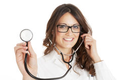 Lächelnde Arztfrau mit Stethoskop Stockfotografie