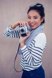Lächelnde Asiatin, die Foto mit Kamera macht Lizenzfreies Stockbild