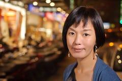 Lächelnde asiatische Frau Stockfoto