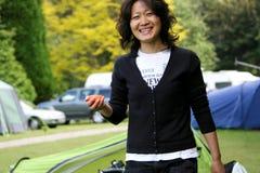 Lächelnde asiatische Frau lizenzfreie stockfotos
