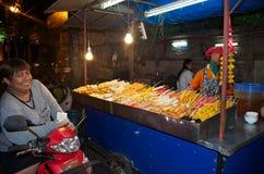 Lächelnde asiatische Frau auf dem Straßenlebensmittelmarkt in Thailand stockfotografie