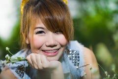 Lächelnde asiatische Frauen auf Wiese Stockfotografie