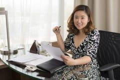 Lächelnde asiatische Geschäftsfrau stockbild