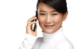 Lächelnde asiatische Geschäftsfrau der Junge, die mit Handy nennt Stockbild