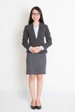 Lächelnde asiatische Geschäftsfrau des vollen Körpers Stockbild