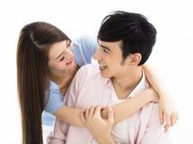 Lächelnde asiatische junge Paare des Porträts stockbilder