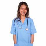 Lächelnde asiatische Krankenschwesterfrau, die Sie betrachtet Stockbild