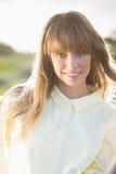 Lächelnde attraktive blonde Aufstellung in der Landschaft Lizenzfreie Stockbilder