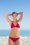 Lächelnde attraktive blonde Aufstellung im Bikini Lizenzfreies Stockfoto