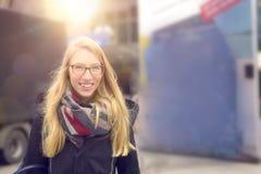 Lächelnde attraktive blonde Frau auf Wintermode Stockfotos