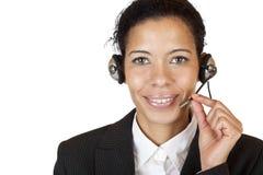 Lächelnde attraktive Frau bildet mit Kopfhörer einen Aufruf Stockbilder