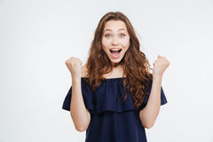Lächelnde aufgeregte Frau mit den angehobenen Händen Erfolg schreiend und feiernd lizenzfreie stockfotografie