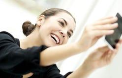 Lächelnde Aufstellung der Frau für selfie Stockbild