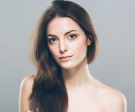 Lächelnde Aufstellung des schönen Porträts der jungen Frau attraktiv Lizenzfreie Stockbilder