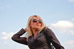 Lächelnde beautifull blonde Frauen in den Sonnenbrillen Stockbild