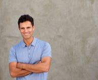 Lächelnde bereitstehende Wand des gutaussehenden Mannes mit den Armen gekreuzt stockfotos