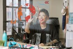 Lächelnde Berufsfrau, die ein futuristisches Computer-Geröll laufen lässt lizenzfreies stockfoto