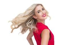 Lächelnde bezaubernde blonde Aufstellung Stockbild