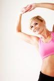 Lächelnde blonde ausarbeitende Frau Lizenzfreies Stockfoto