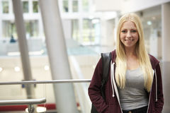 Lächelnde blonde behaarte Studentin im Hochschulgebäude Stockfoto