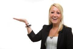 Lächelnde blonde Dame, die Ihre Produkte verkauft Stockbilder