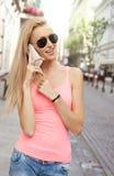Lächelnde blonde Dame, die telefonisch spricht Stockfotos
