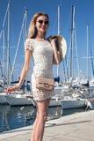 Lächelnde blonde Dame im Urlaub Lizenzfreies Stockfoto